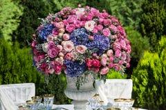 制表设置在豪华结婚宴会在庭院里 免版税库存照片