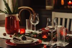 制表设置庆祝圣诞节和新年假日 在经典红色的欢乐桌和绿色在家与土气细节 库存图片