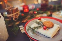 制表设置庆祝圣诞节和新年假日 在经典红色的欢乐桌和绿色在家与土气细节 免版税库存照片