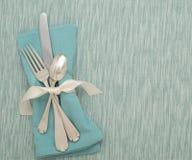 制表银器在小野鸭颜色的餐位餐具与席子和布料餐巾 免版税库存图片