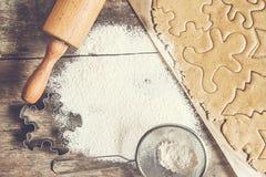 制表铺开的面团,面粉,圣诞节形状,称呼破旧  库存图片