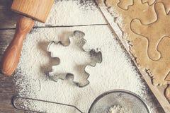 制表铺开的面团,面粉,圣诞节形状,称呼破旧  免版税库存照片