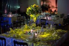 制表decoraction、夜婚礼装饰与蜡烛和酒杯,婚礼焦点 免版税库存图片