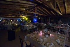 制表decoraction、夜婚礼装饰与蜡烛和酒杯,婚礼焦点 免版税图库摄影