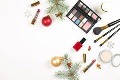 制造与圣诞节装饰的设置的化妆用品在白色背景舱内甲板位置 库存照片