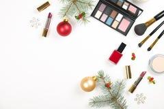 制造与圣诞节装饰的设置的化妆用品在白色背景舱内甲板位置 免版税库存照片