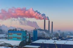 制造业在一个大城市 化工放射到大气里 库存图片
