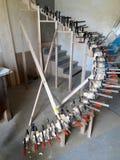 制造业技术弯曲了扶手栏杆,一部螺旋形楼梯的 免版税库存图片