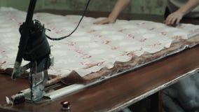制造业综合性补白的特写镜头毯子的 机器或机械工具在车间生产  影视素材