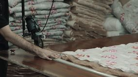 制造业综合性补白的特写镜头毯子的 机器或机械工具在车间生产  股票录像