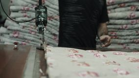 制造业综合性补白的特写镜头毯子的 机器或机械工具在车间生产  股票视频