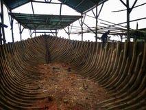 制造传统小船Phinisi在Tanaberu,南苏拉威西岛,印度尼西亚,亚洲 免版税库存图片