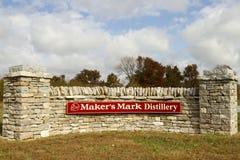 制造商` s标记在石墙上的槽坊标志 免版税库存照片