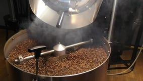 制造在研磨机的咖啡豆-混合和烤咖啡 股票视频