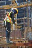 制造射线钢增强酒吧的建筑工人 免版税库存图片