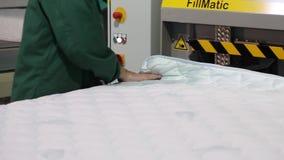 制造床垫,床垫植物,床垫单位,内部,户内,现代工厂,内部,特写镜头 股票录像