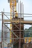 制造木材专栏模板的建筑工人在建造场所 免版税图库摄影