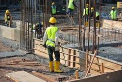 制造木材模板的建筑工人 库存图片