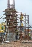 制造木材模板的建筑工人 免版税库存照片