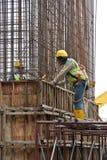 制造木材模板的建筑工人 图库摄影