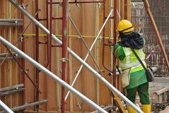制造木材模板的建筑工人 免版税库存图片