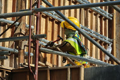 制造木材模板的建筑工人 库存照片