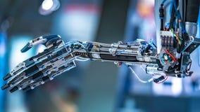 制造的线的工业机器人学机器 免版税库存图片