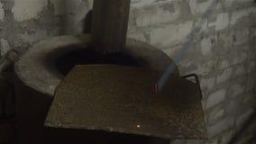 制造过程一个装饰金属制品 除细节外,金属火花飞行 金属焊接在的 股票视频