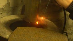 制造过程一个装饰金属制品 除细节外,金属火花飞行 金属焊接在的 股票录像