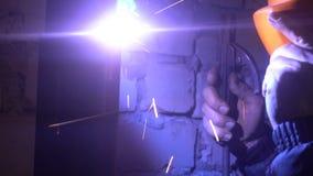制造过程一个装饰金属制品 除细节外,金属火花飞行 金属焊接在的 库存照片