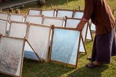 制造过程做了桑树纸。 免版税图库摄影