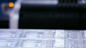 制造配药 机器人胳膊在生产线上把医疗细颈瓶放 股票视频