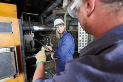 制造金属制件的铸造厂工作者 库存照片