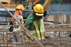 制造钢增强酒吧的建筑工人 免版税库存照片