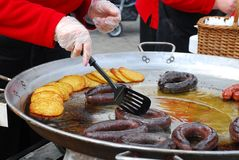 制造香肠的油炸馅饼 免版税库存图片