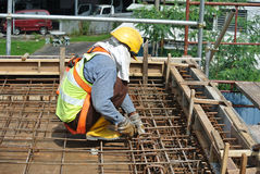制造水泥板增强酒吧的建筑工人 免版税图库摄影