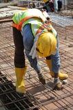 制造水泥板增强酒吧的建筑工人 库存图片