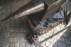 绑制钳和铁砧在伪造商店 库存图片