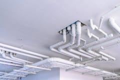 制铅系统的工业管子在大厦 库存照片