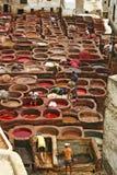 制革工人和染料罐一致皮革厂古老medi的 免版税图库摄影