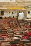 制革工人和染料罐一致皮革厂古老medi的 库存照片