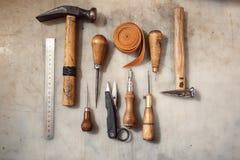 制革工人的工具为与皮革一起使用 库存图片