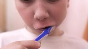 刷他的牙的青少年的男孩在卫生间里 影视素材