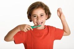刷她的有牙刷的小女孩牙 库存图片