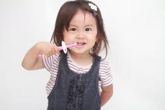 刷她的牙的日本女孩 免版税库存图片