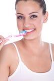 刷她的牙的美丽的少妇 图库摄影