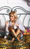 刷她的牙的年轻美丽的妇女 免版税图库摄影