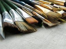 刷子、工具为绘和雕塑大品种在亚麻制织品背景 免版税库存图片