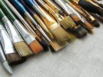 刷子、工具为绘和雕塑大品种在亚麻制织品背景 库存照片