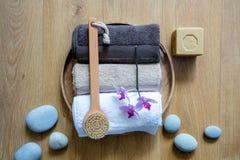 刷子、毛巾、兰花和环境友好的肥皂在禅宗石头 图库摄影